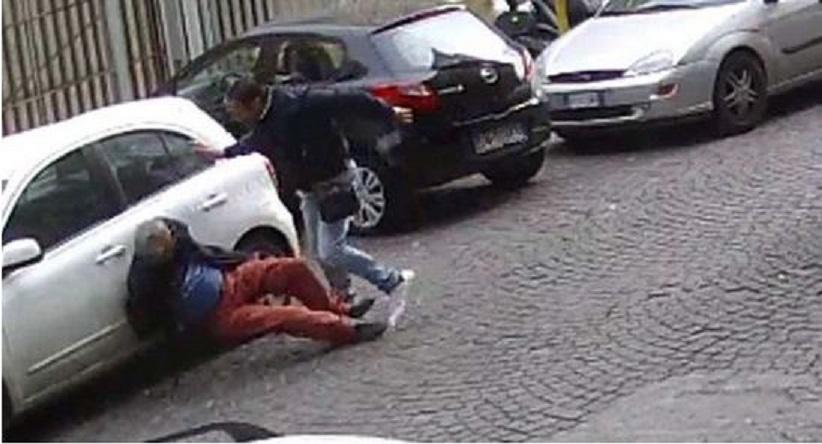 Parcheggiatore abusivo percuote un automobilista