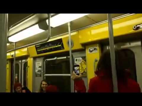 Pino Daniele in metropolitana: pendolari cantano Napule è