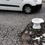 Buche a Napoli: per segnalarle adesso si usano anche i WC (FOTO)
