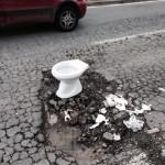 Buche a Napoli: per segnalarle si usano anche i WC (FOTO)