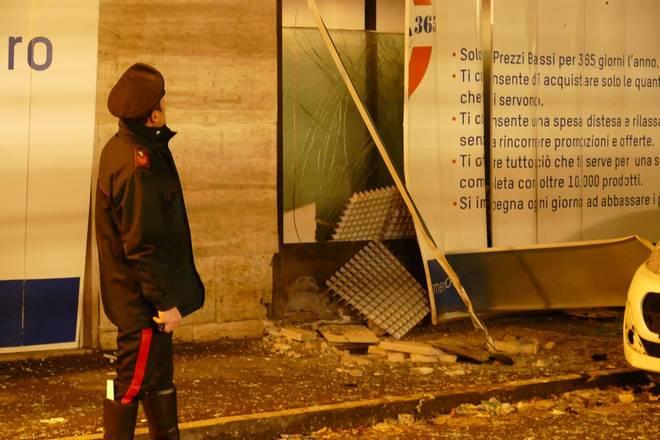 Castellammare, bomba carta davanti supermercato