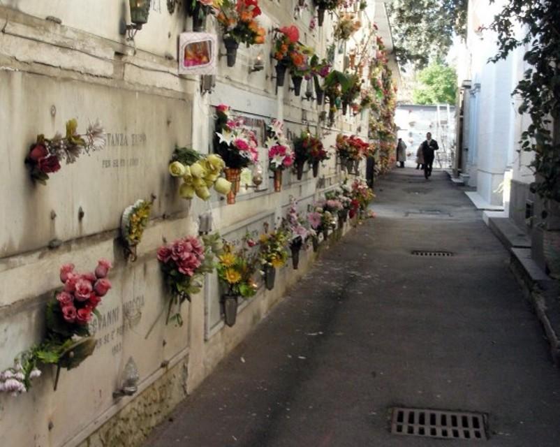 Vietati fiori freschi nei cimiteri