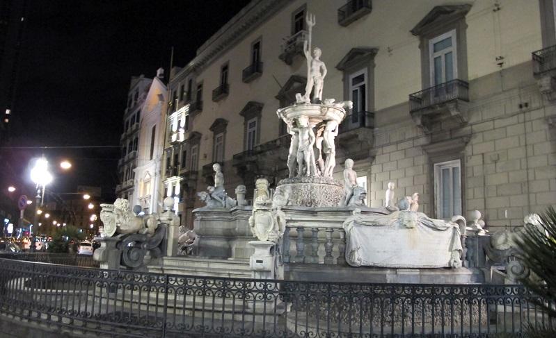 Fontana del Nettuno cambia casa, trasloca a piazza Municipio, Napoli
