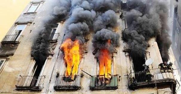 Napoli: incendio in un palazzo, paura ai Camaldoli