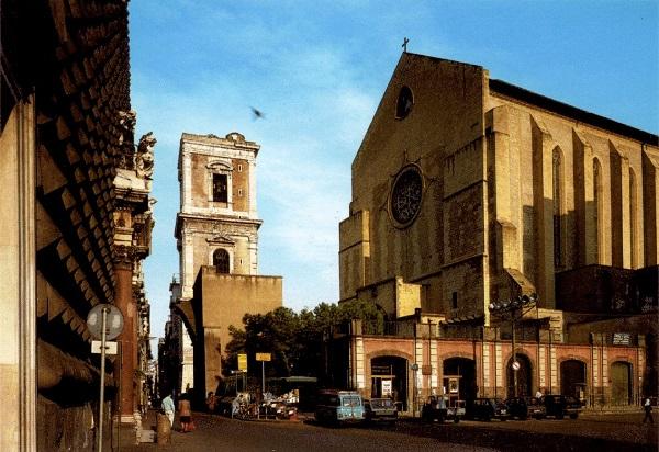I vandali di Santa Chiara: scritte sulle tombe sepolcrali e i bassorilievi