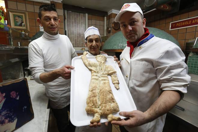 Papa Francesco, a Napoli una pizza con le sue sembianze