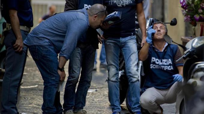 Folle sparatoria nella notte tra le strade del centro di Napoli