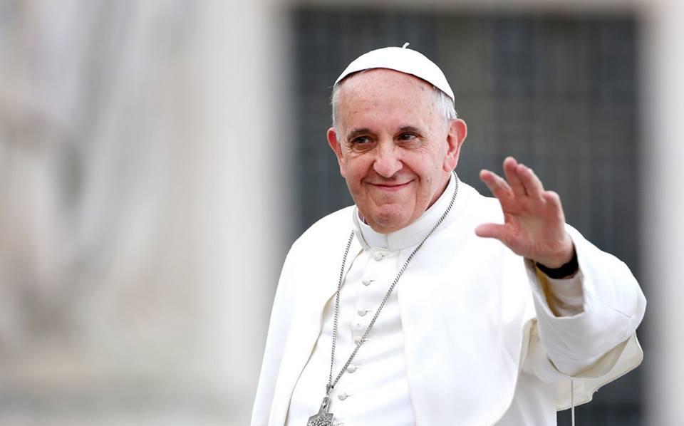 Papa a Napoli, dal sindaco le chiavi della città