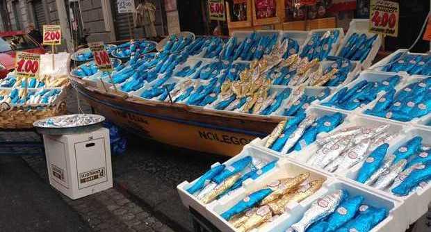 Pesce d'aprile a Napoli, arriva una vera e propria pescheria