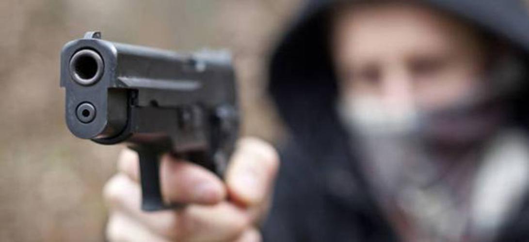 Rapina in banca al Vomero, esplosi colpi di pistola fuori l'Istituto Giuseppe Mazzini