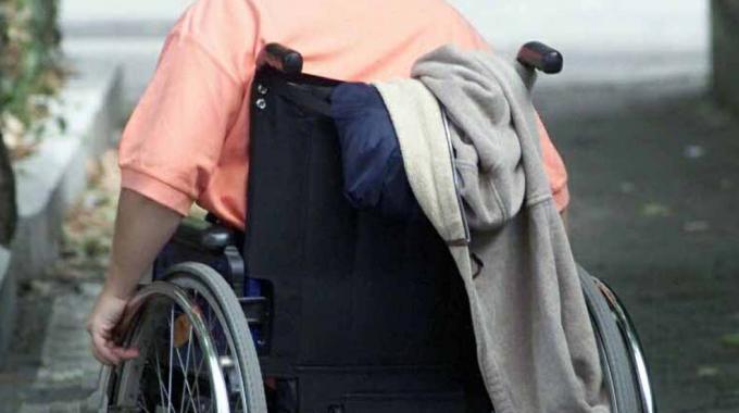 Va al supermercato e le rubano la sedia a rotelle