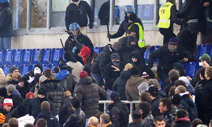 Tifo violento: notte di scontri tra ultrà del Napoli e della Dinamo