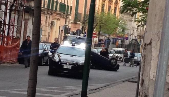 Incidente misterioso a Torre del Greco: l'auto si ribalta e viene abbandonata in pieno centro