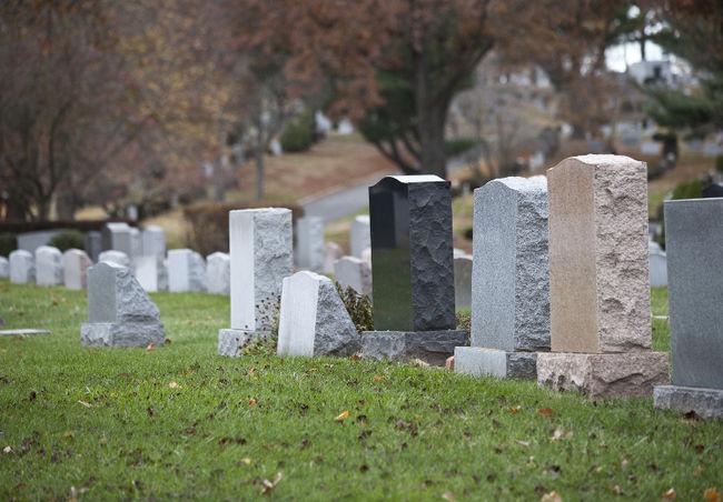 Anziano muore al cimitero, schiacciato dalla tomba della suocera!