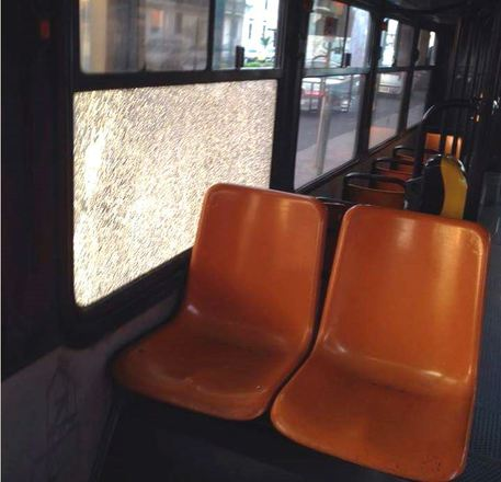 Atto vandalico contro bus dell'Anm di Napoli, vetro rotto