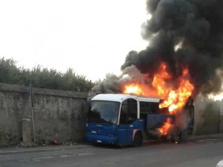 Salerno: autobus di alunni in fiamme, evacuati tutti i ragazzi