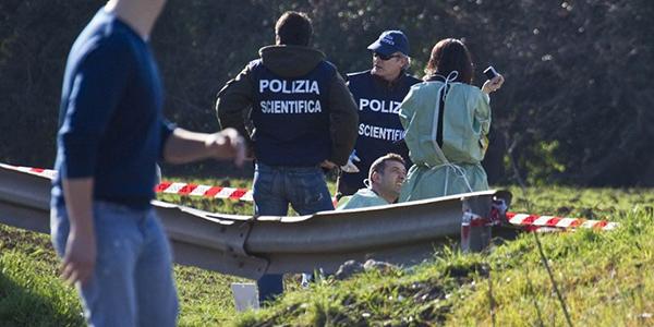 Cadavere in una scarpata ritrovato a Giugliano. Nelle vicinanze un'auto con tracce di sangue
