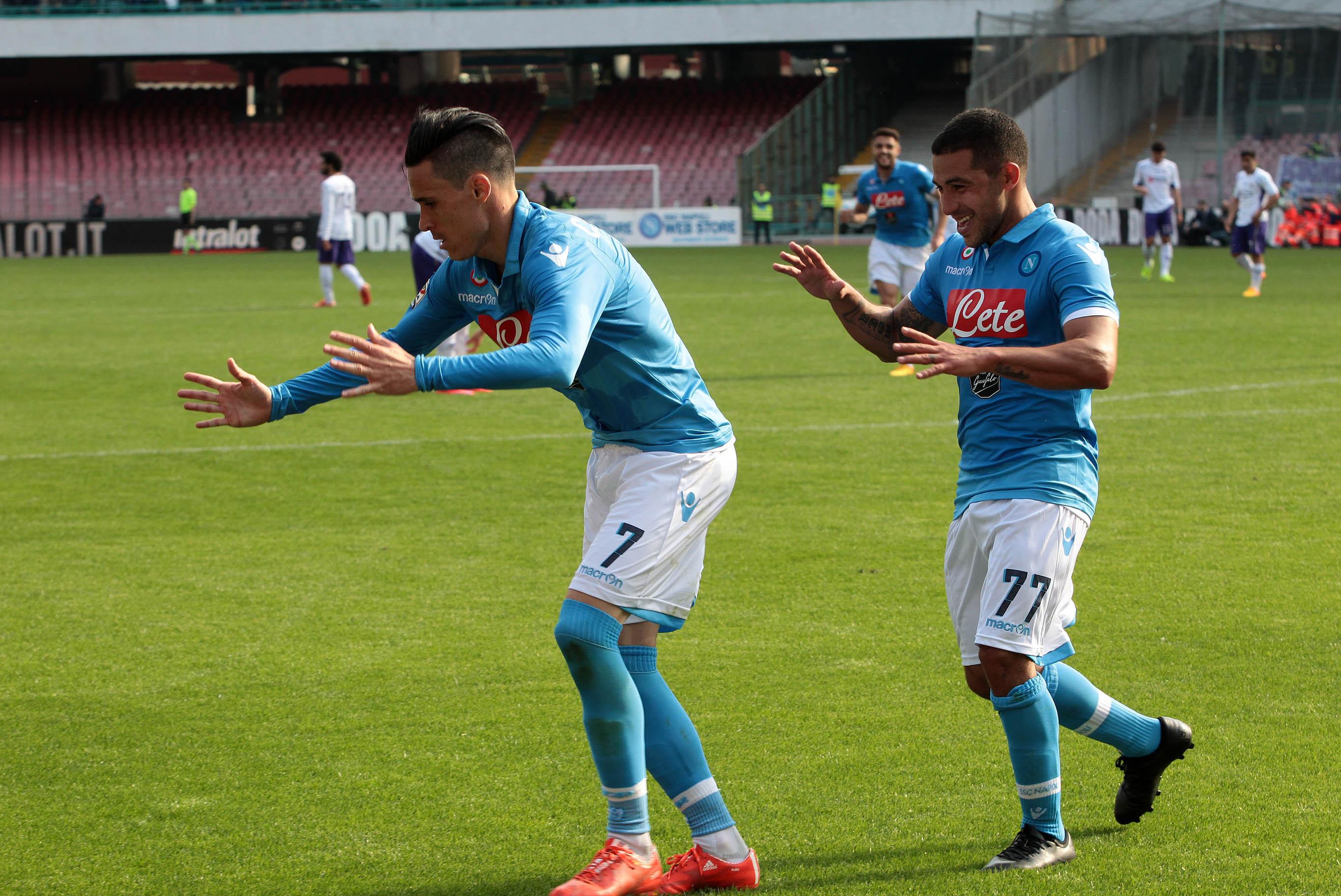 Mertens Hamsik Callejon, gli azzurri battono e sorpassano i viola (Foto). Mercoledì in diretta streaming la conferenza stampa di De Laurentiis