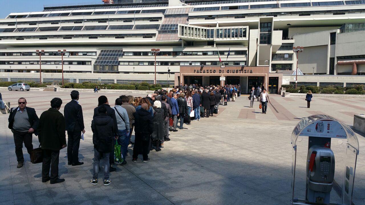 Code al Palazzo di Giustizia di Napoli, gli avvocati sospendono le udienze per tre giorni