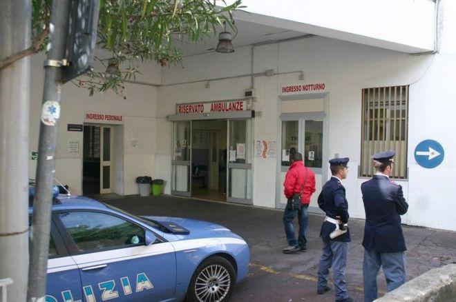 Donna tenta il suicidio nel parcheggio dell'ospedale Cardarelli: è fuori pericolo
