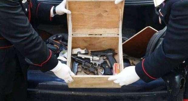 Incensurato arrestato nel rione Sanità: aveva 5 pistole sotto il sedile dell'auto
