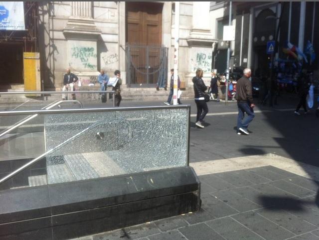 Napoli, stazione della metro Toledo presa di mira da alcuni vandali