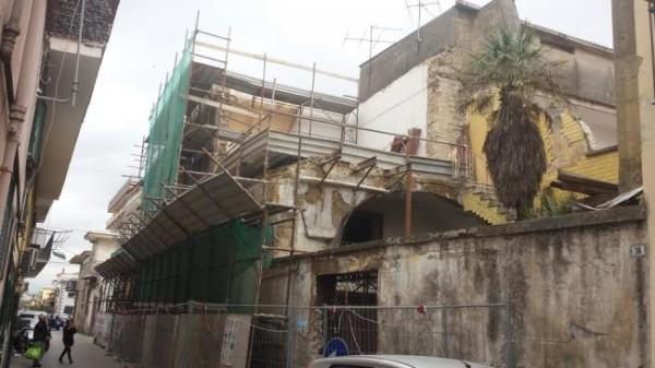 Palazzo pericolante a Mugnano, sfiorata la tragedia i cittadini chiedono aiuto