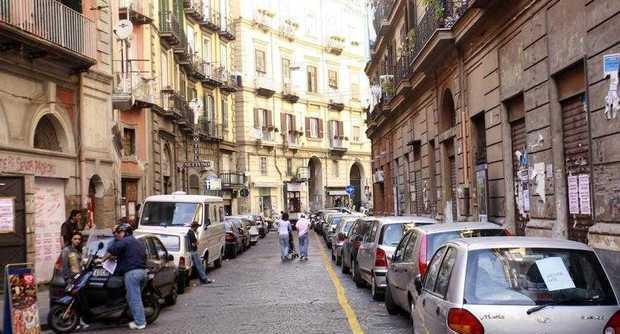 Sparatoria a via Mezzocannone in pieno giorno, paura tra i passanti