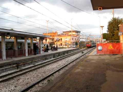 Tiravano pallonate al treno e ai viaggiatori, denunciati in tre