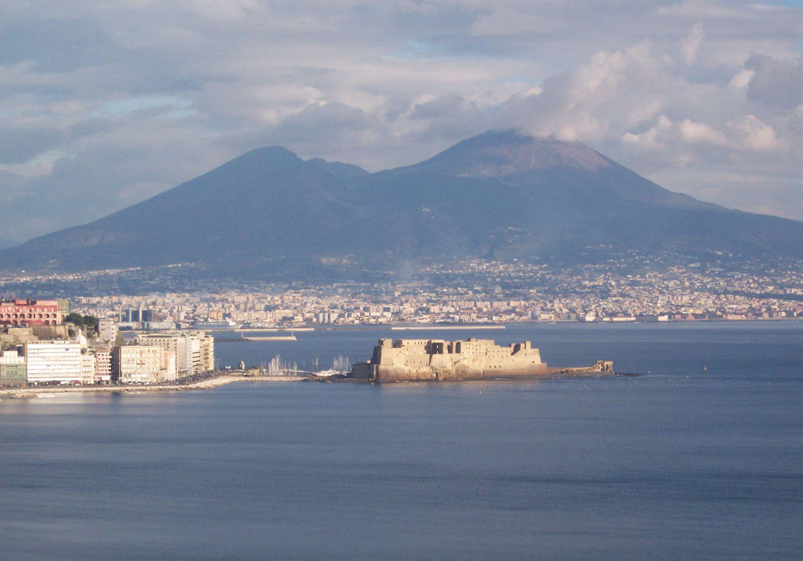 Viajar presenta Napoli nelle sue bellezze e contraddizioni: