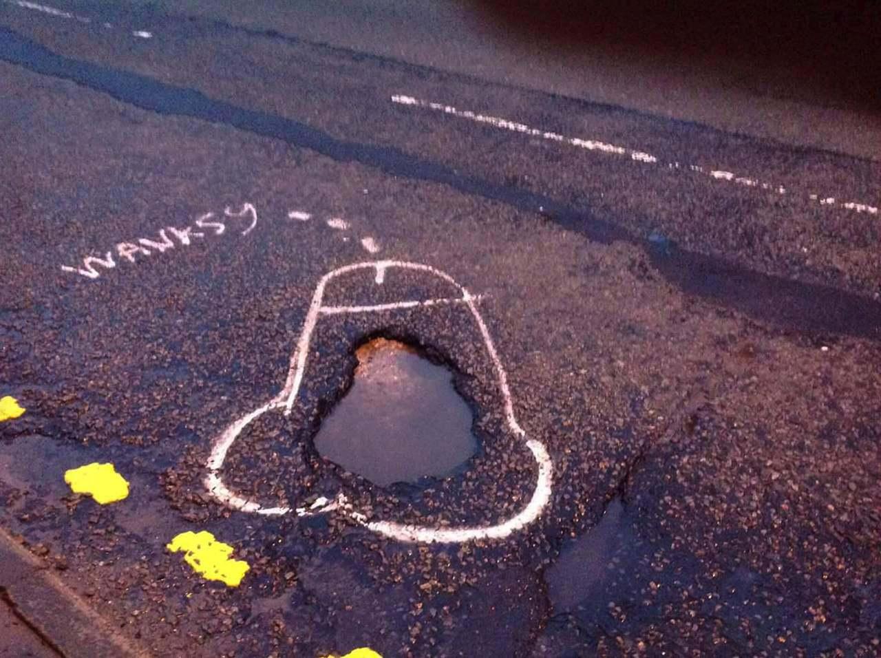 Wanksy, l'artista di strada che disegna peni sull'asfalto contro le buche