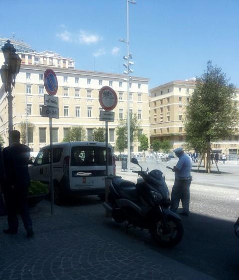 Vigile multa auto della municipalità: si scatena l'ironia dei napoletani