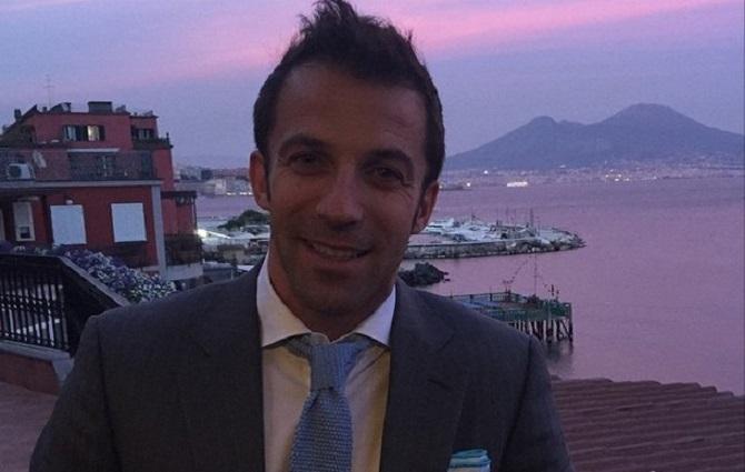 Alex Del Piero spazza via i cori anti napoletani posando accanto al Vesuvio