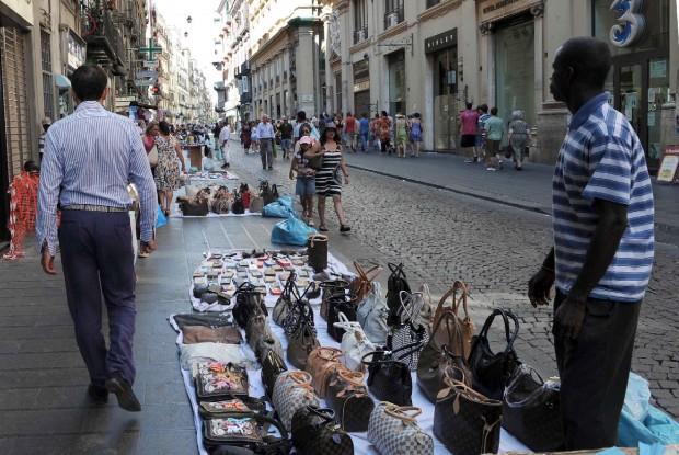 Napoli, ambulante aggredisce agenti di Polizia: