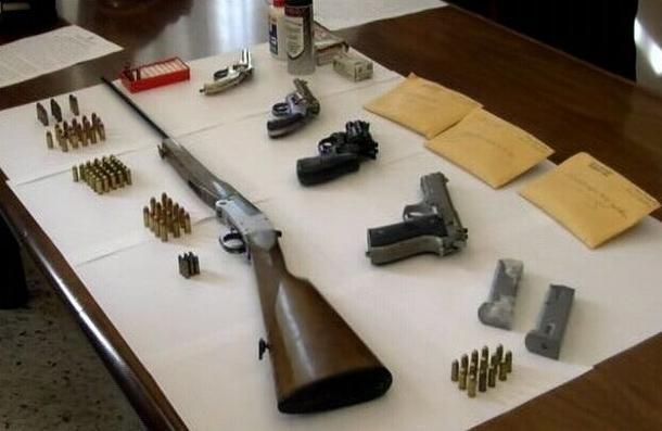 Arrestato un semplice commerciante che nascondeva un arsenale in casa