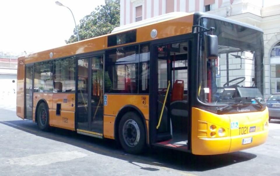 Marano, autista del bus preso a morsi da passeggero