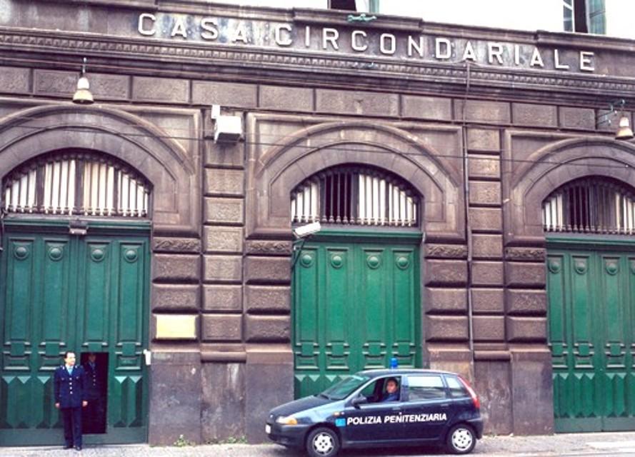 Carcere di Poggioreale: detenuto si impicca nella sua cella