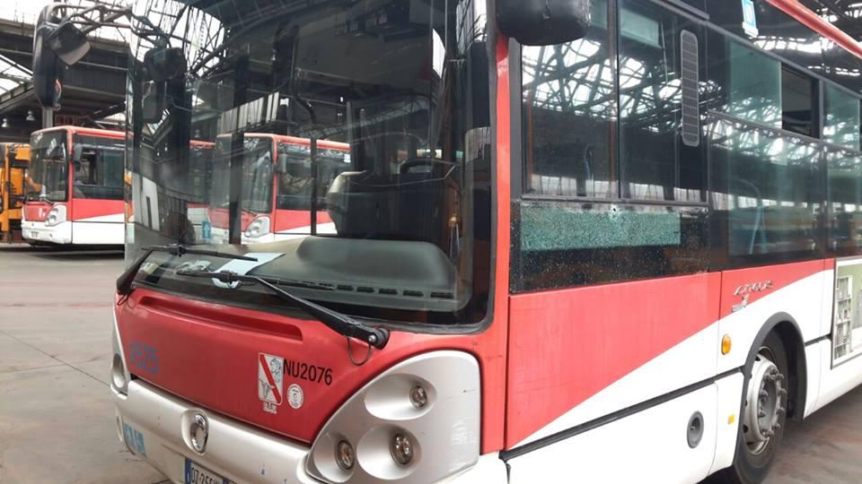 Colpi di pistola contro un autobus: tragedia sfiorata nella notte a Napoli