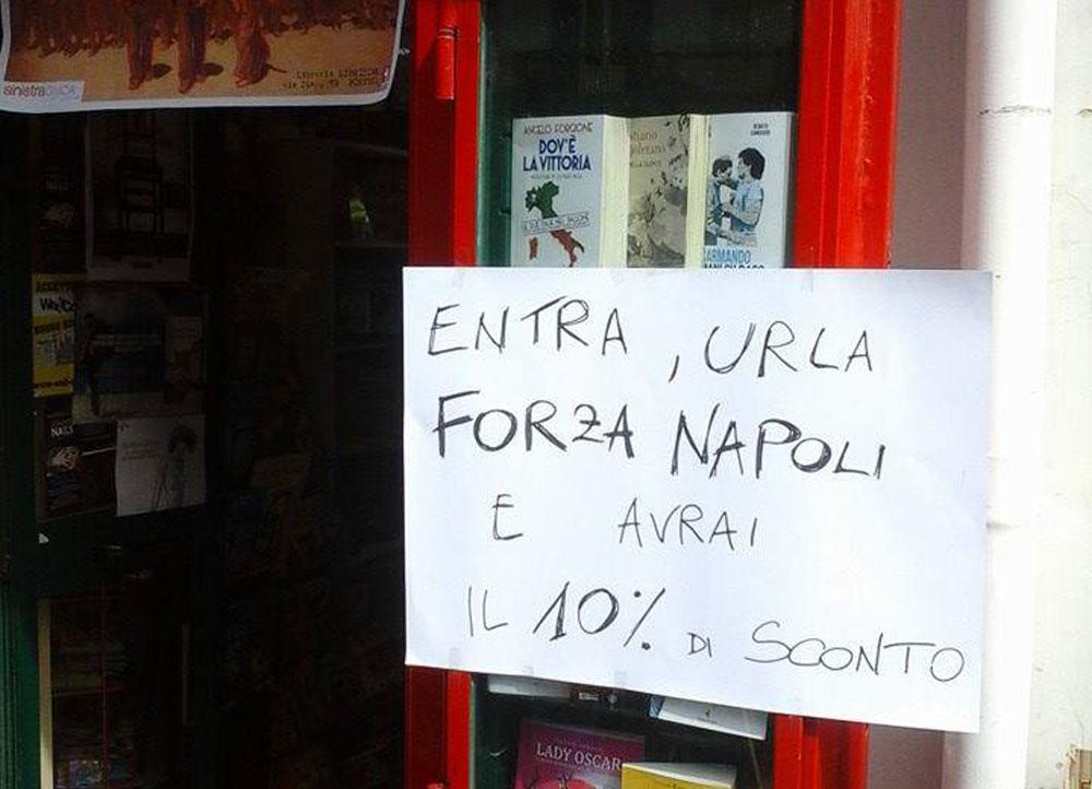 Forza Napoli!! Basta entrare e urlarlo in una libreria per avere il 10% di sconto