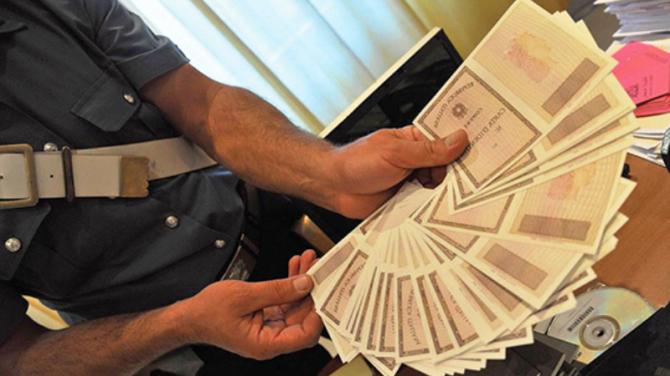 Napoli: furto di carte d'identità, rivendute agli immigrati