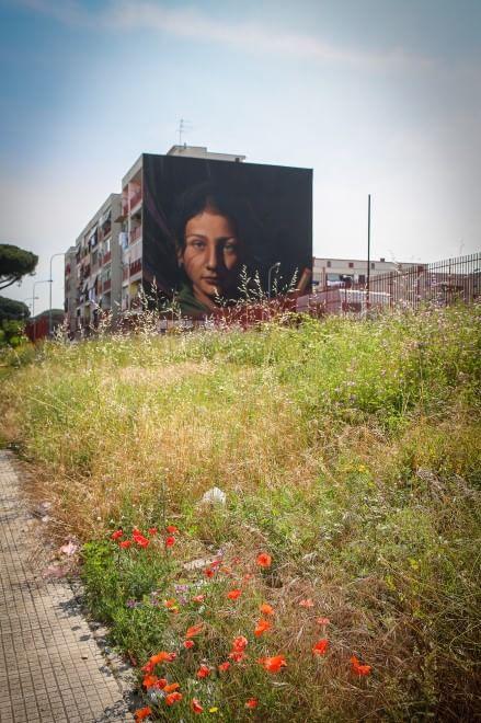 L'opera di Jorit Agoch, ritraente una bambina rom, nonostante uno scetticismo generale iniziale, fa ormai parte del panorama di Ponticelli