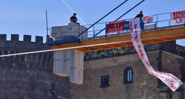 Licenziati Fiat sulla gru del cantiere della metro a Piazza Municipio: nuova protesta