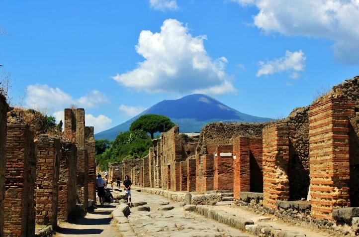 Maggio all'insegna dei rincari: ma Pompei e Napoli convengono