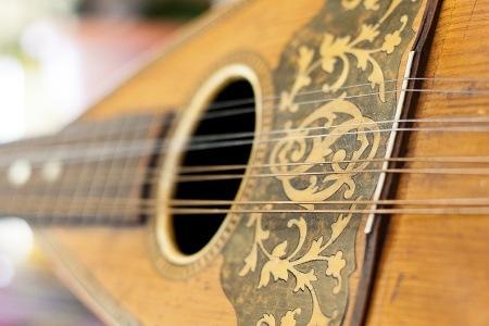 Passeggiata musicale nel cuore di Napoli: tra presepi, pastori, chitarre e mandolini