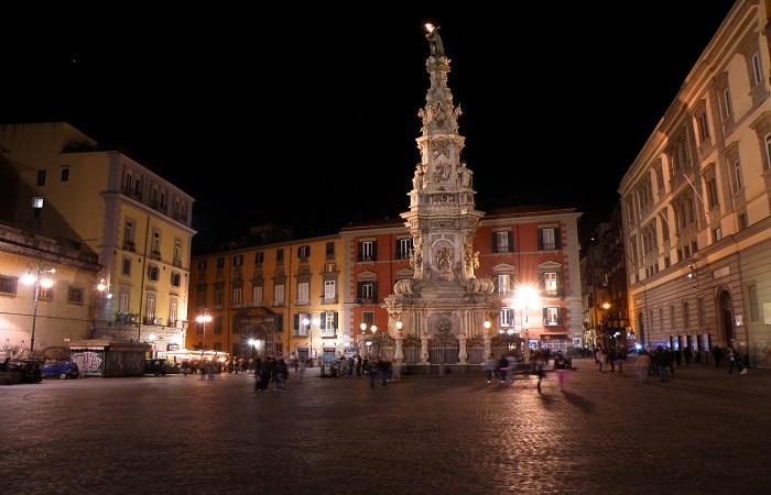 Notte di violenza a Piazza del Gesù, due accoltellati nel caos della movida