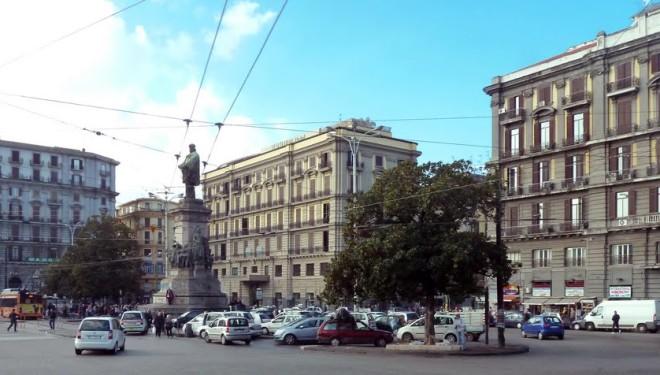 Piazza Garibaldi, rapinano uomo e poi si barracano in casa all'arrivo dei poliziotti