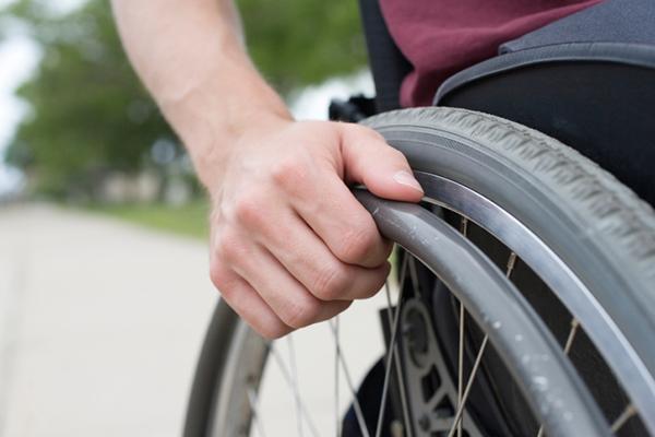 Ragazzo disabile non può salire sul pullman, tutti i compagni di scuola, in segno di solidarietà, decidono di rinunciare alla gita