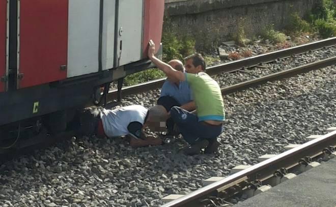 Tenta il suicidio gettandosi sotto il treno della Circumvesuviana