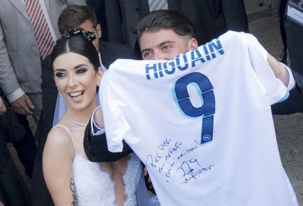 Diego Maradona Jr si è sposato: lui mostra la maglia con dedica di Higuain, ma papà Diego non è presente