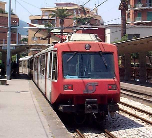 Emergenza Circumvesuviana: ritardi e treni soppressi, solo 48 treni a disposizione